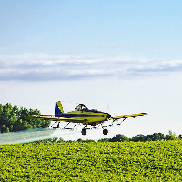 While on a drive across central Wisconsin, stopped for a sec to watch this guy work. @airtractorinc #at502b #wisconsinfarmer #airplanephotography #lowaltitude #discoverwisconsin #wisconsinphotographer #lakecoast #canonusa #cooljobs