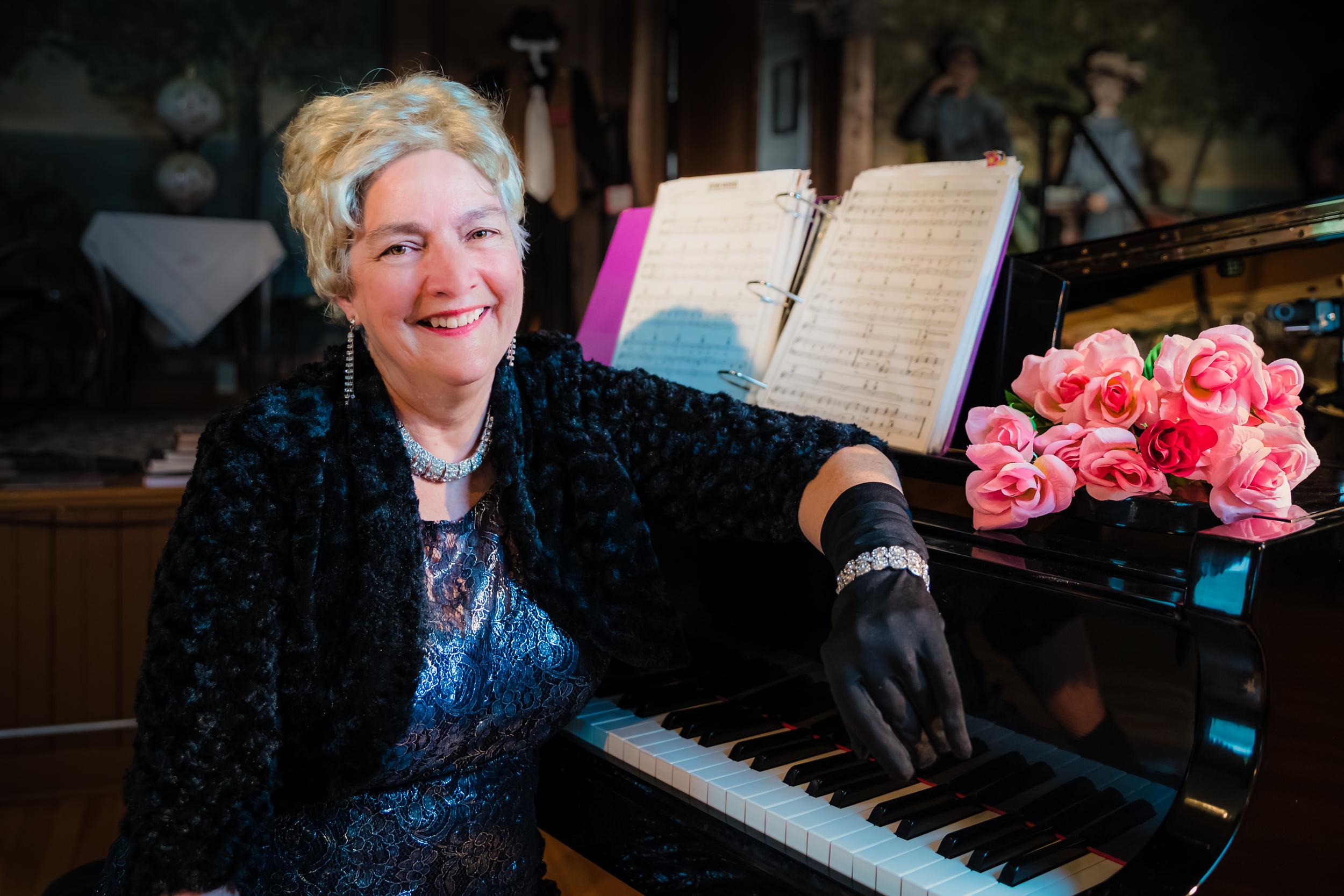 woman_piano
