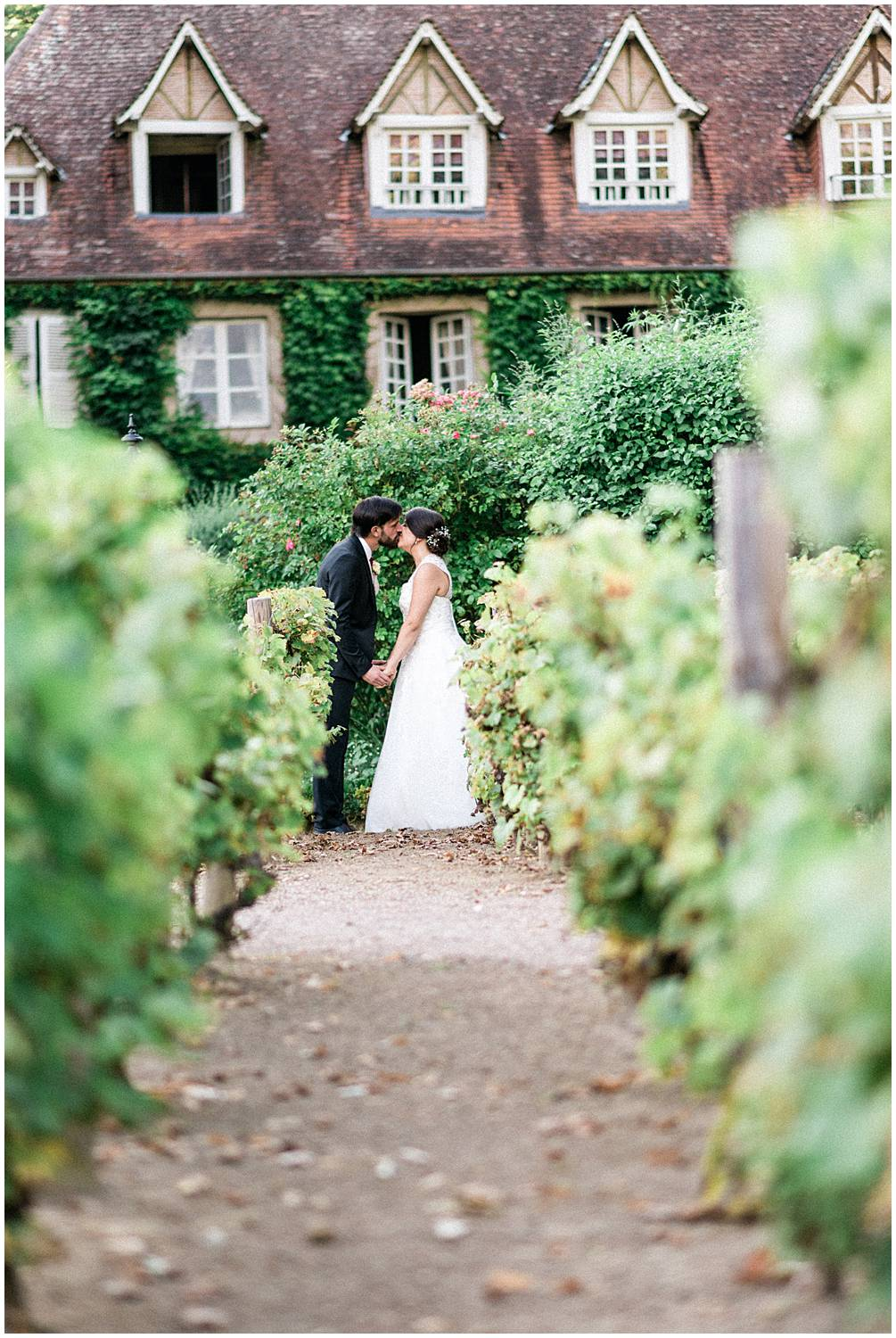 Couple session in the grapevine at domaine du poudrier Limoges