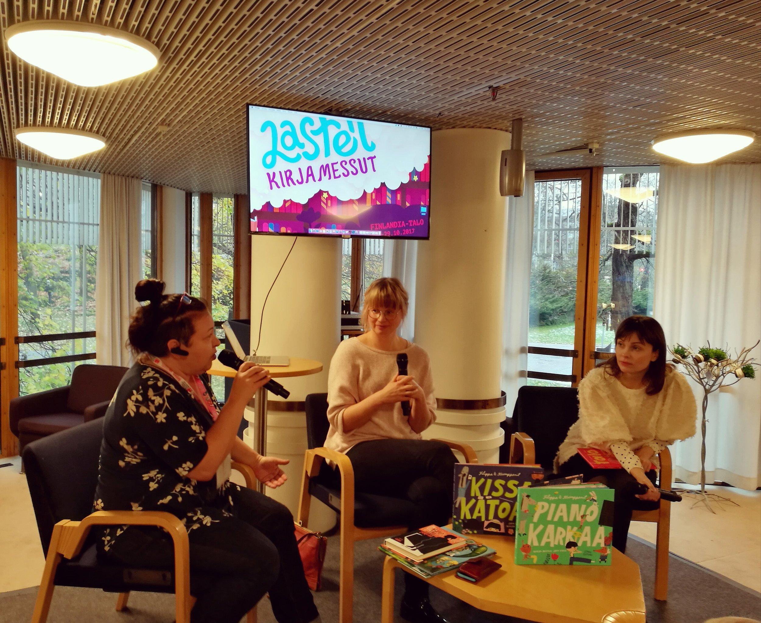Ella Brigatti, Marika Maijala ja Jenni Erkintalo keskustelevat kirjojen kuvittamisesta.
