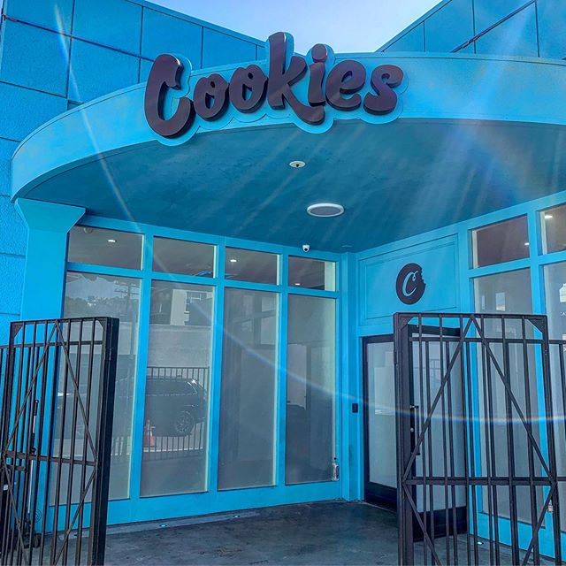 I finally got a chance to check out Berner's Cookies store on Sunset. My first thought was that this was a much cooler alternative to a MedMen-type shop. Super high end for a dispensary, Cookies also has a full size retail store next door featuring streetwear and exclusives. When I got there I showed my ID at the counter and then was matched with a bud tender. It was low key annoying because I wanted to just roam around the shop by myself but I also felt like I was being cared for and that my experience was valued (thanks)!! The interior looked great just like outside, and I immediately noticed the insane amount of options of flower. For someone who is a fan of cheap/underground  shops, I would actually come back to this one because of what seemed like tons of rare varieties....great edibles and concentrate selections. I even copped a smell proof bag next door!!! 🤭😍-UM @cookiesclothingla . . . . . #420queer #dispensary #review #cannabiscommunity  #bernercookies #dispensaryreviews #budtender #cannabis #losangeles #420 #stoner #queerstoner #concentrates #vapes #gpen #cookies #streetwear #weed🍁 #cannabisclub