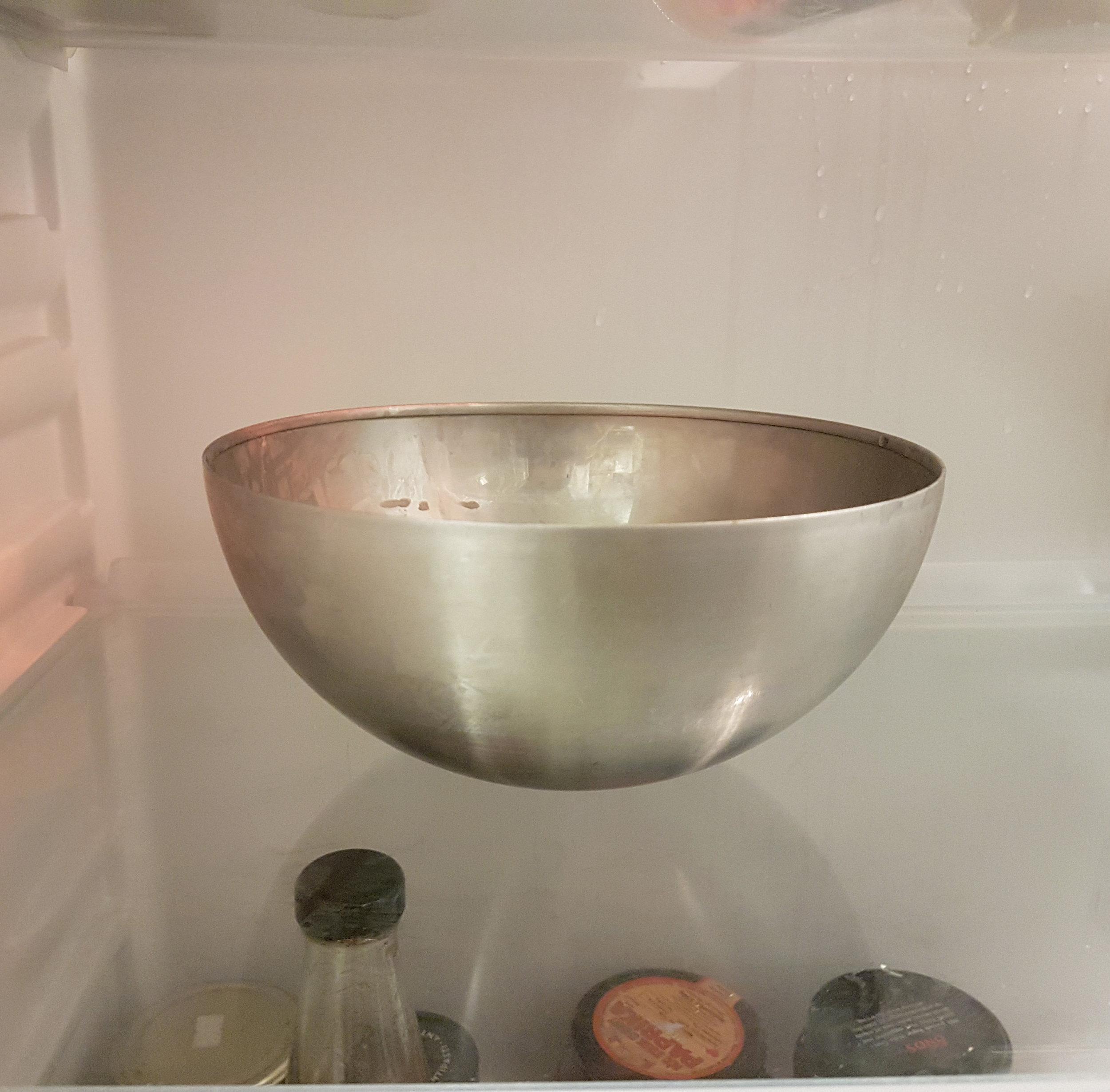 När det har smält. Ta det av värmen och svalna. Därefter droppar du i eterisk olja och häller ev. i mandelolja, jojobaolja och E-vitamin. Sätt in i kylskåp så att det stelnar. -