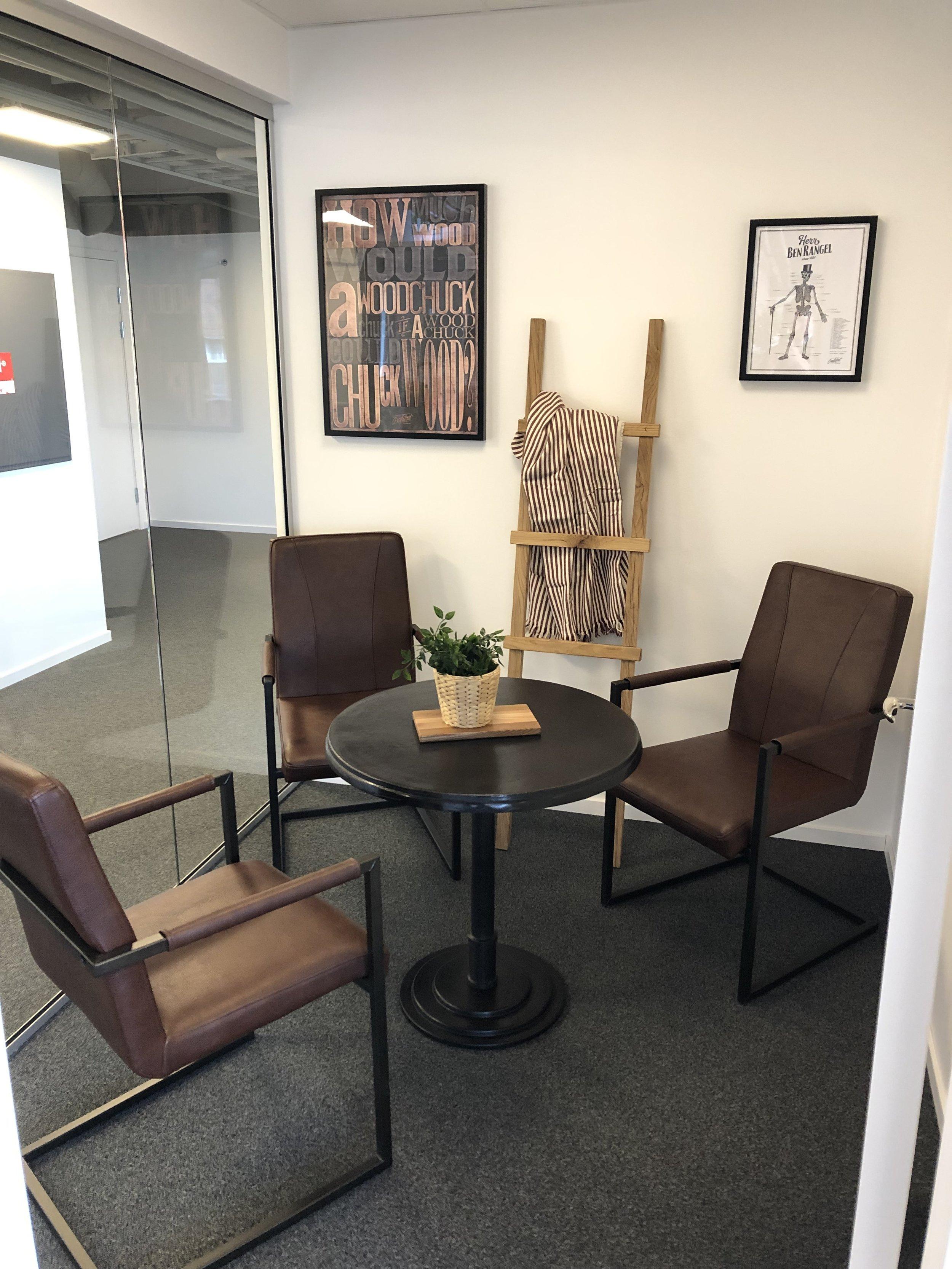 Inredningsstege i rustik ek på kontor - Linköping