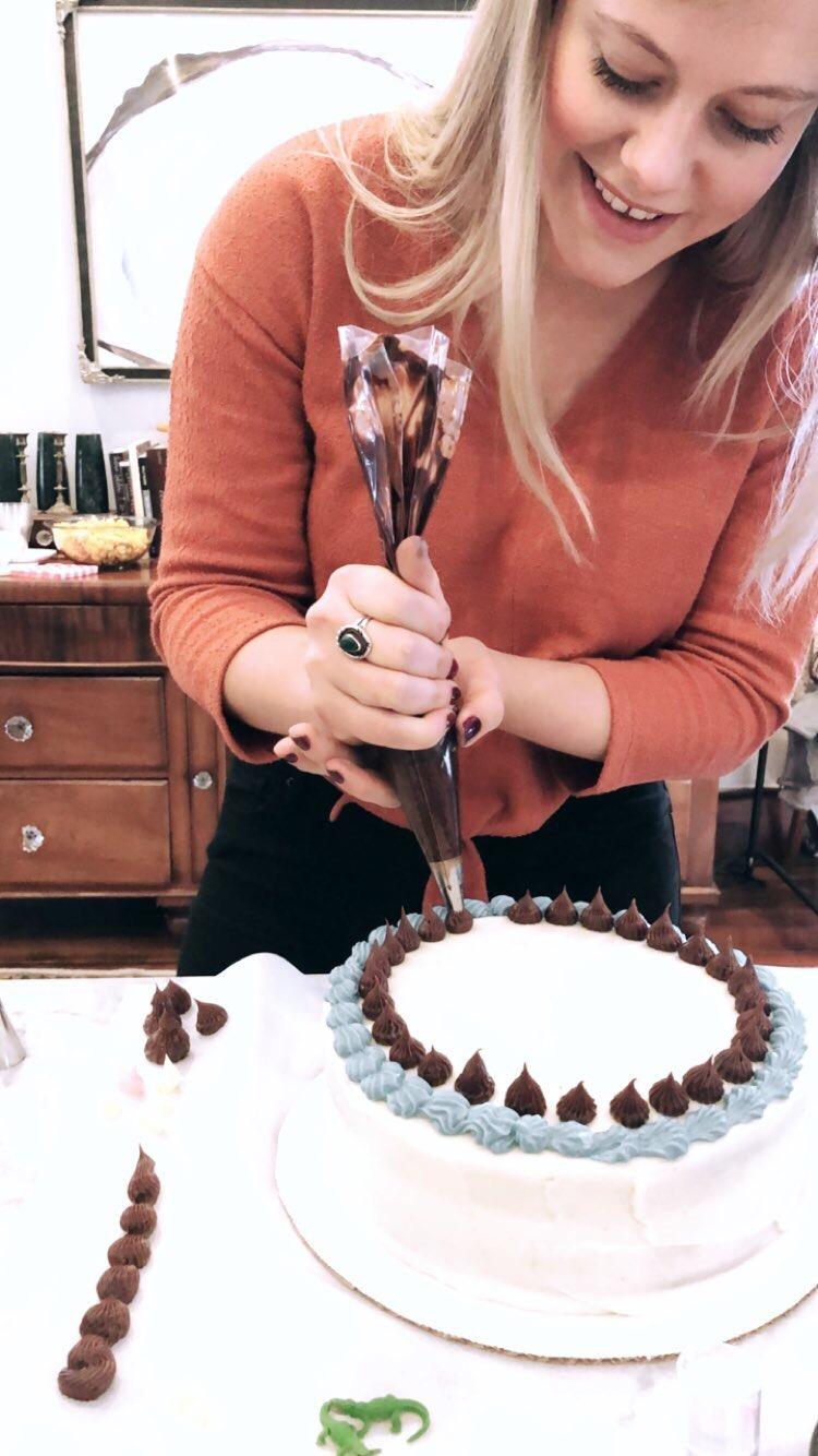 piping drake on cake