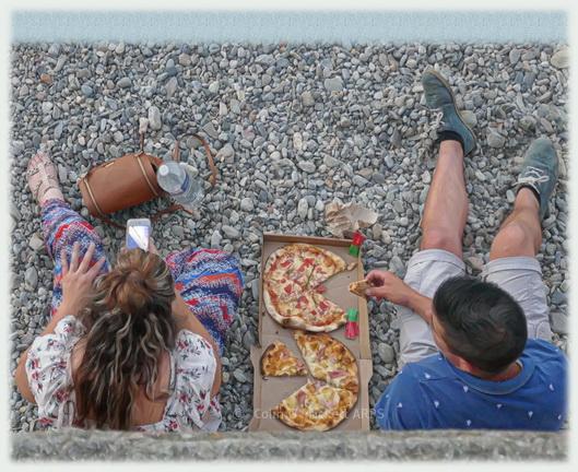 FG015 - a snack on the beach, Collioure