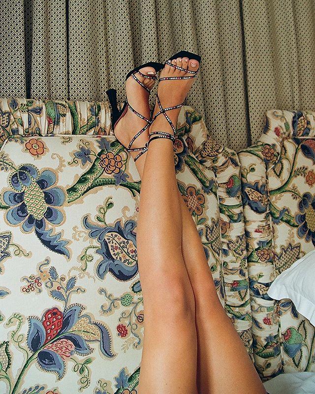Le feet up 🦶🏽🌊☀️🏝wearing @lespetitsjoueurs