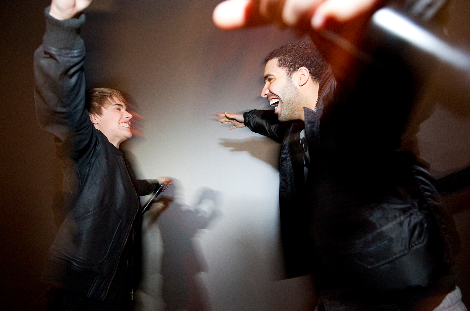 Justin-Bieber-Drake-hug-billboard-1548.jpg