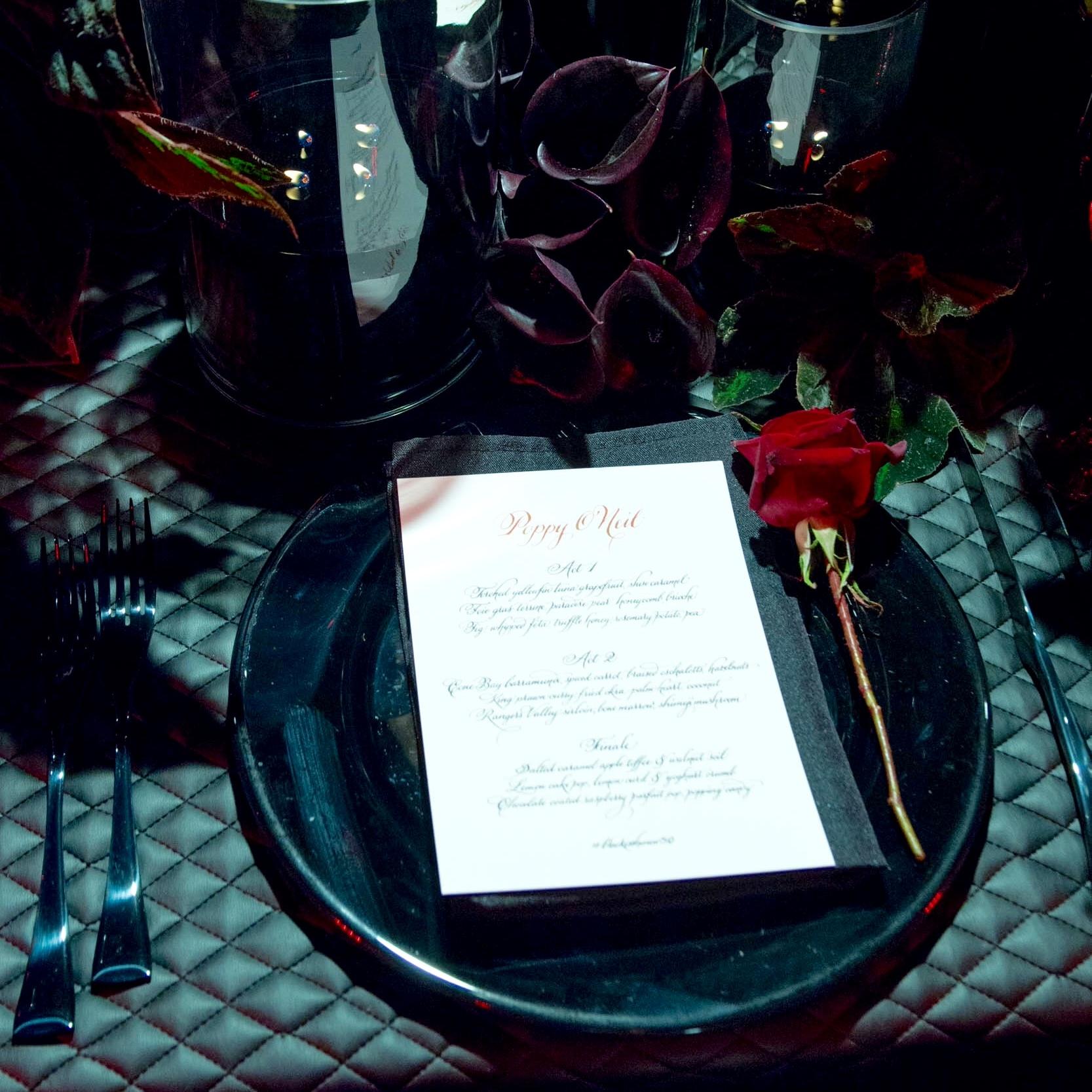 Sydney_wedding_reception_decor_black_glass_charger_plate.jpeg