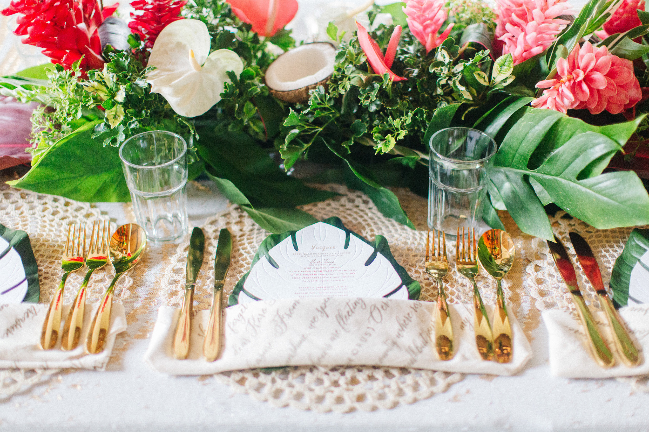 destination_fiji_wedding_tropical_flowers_centrepiece_gold_cutlery_macrame_placemat.jpg