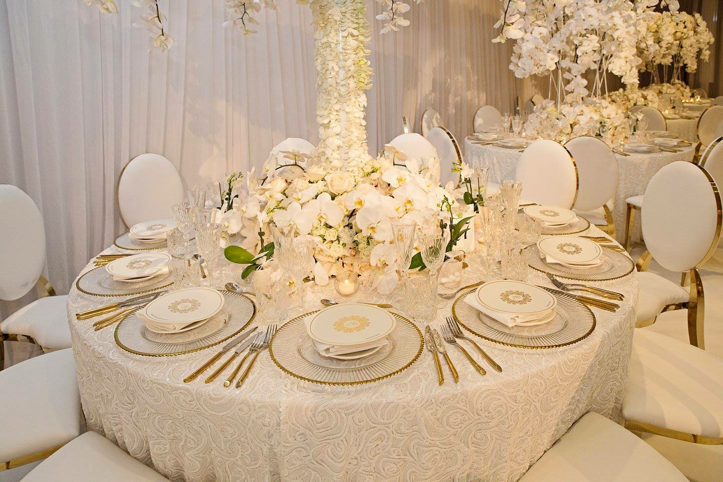 le_montage_luxury_all_white_wedding_linen_gold_chairs_centrepieces_charger_plates.JPG