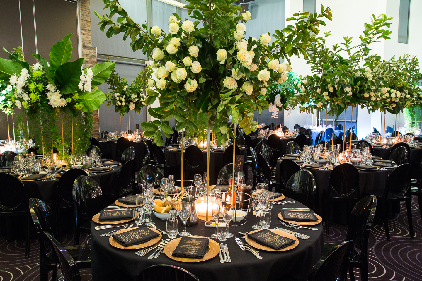 Waterview_wedding_centrepiece_gold_stand_glass_charger_plates_black_green.jpg