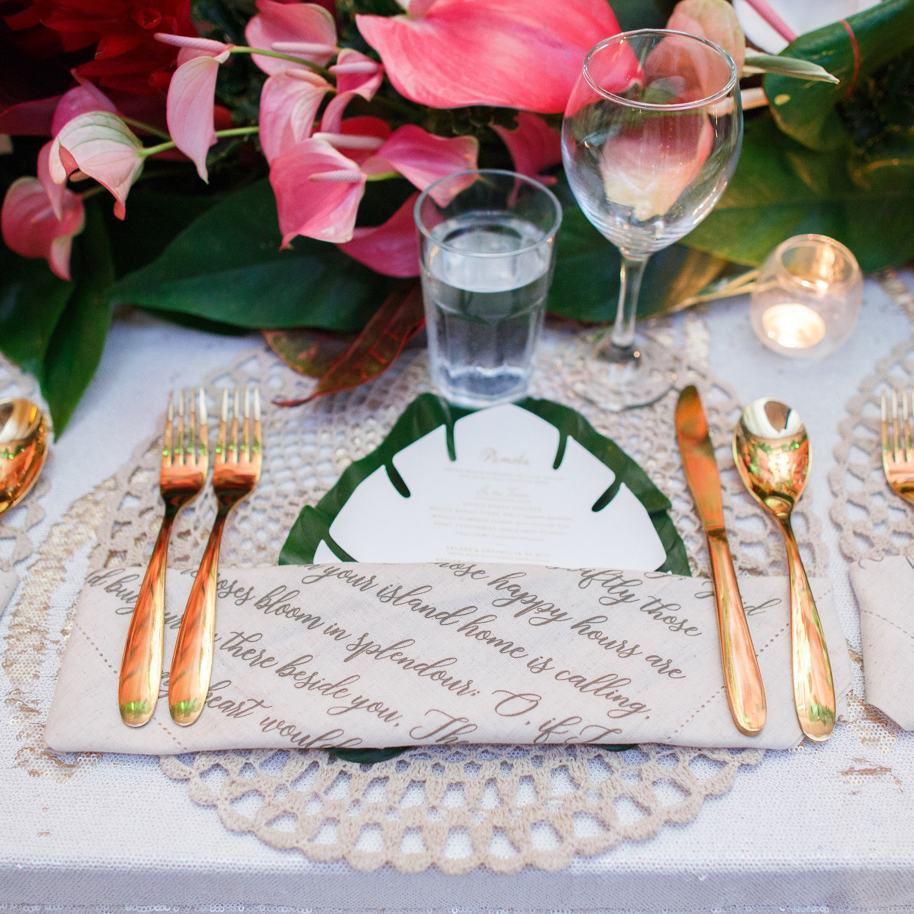 Fiji_destination_wedding_centrepiece_fresh_flowers_charger_plate_gold_cutlery_tropical_luxury_linen.jpg