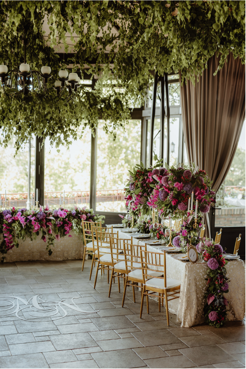 hanging_greenery_purple_centrepiece_table_setting_gold_tiffany_chairs_floral_runner_luxury_linen.png