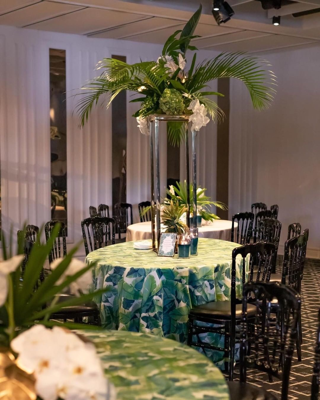 Hire_Palm_spring_luxury_linen_sydney_wedding_event_palm_centrepeice.JPG