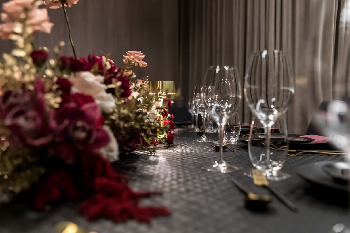 Hire_black_channel_luxury_linen_event_decor_sydney_wedding_red_flowers_cream_roses_glasswear.png