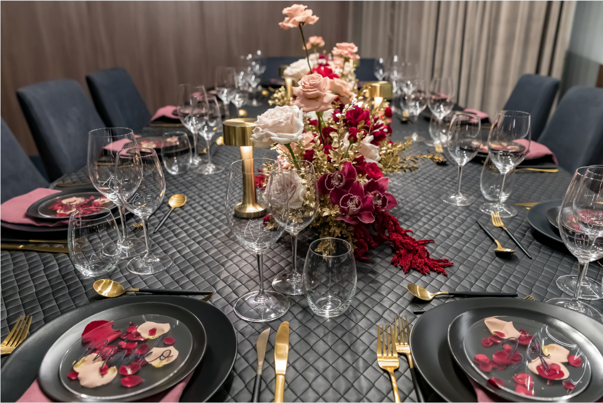 Hire_black_channel_luxury_linen_event_decor_sydney_wedding_gold_lamps_glasswear_black_charger_plate.png