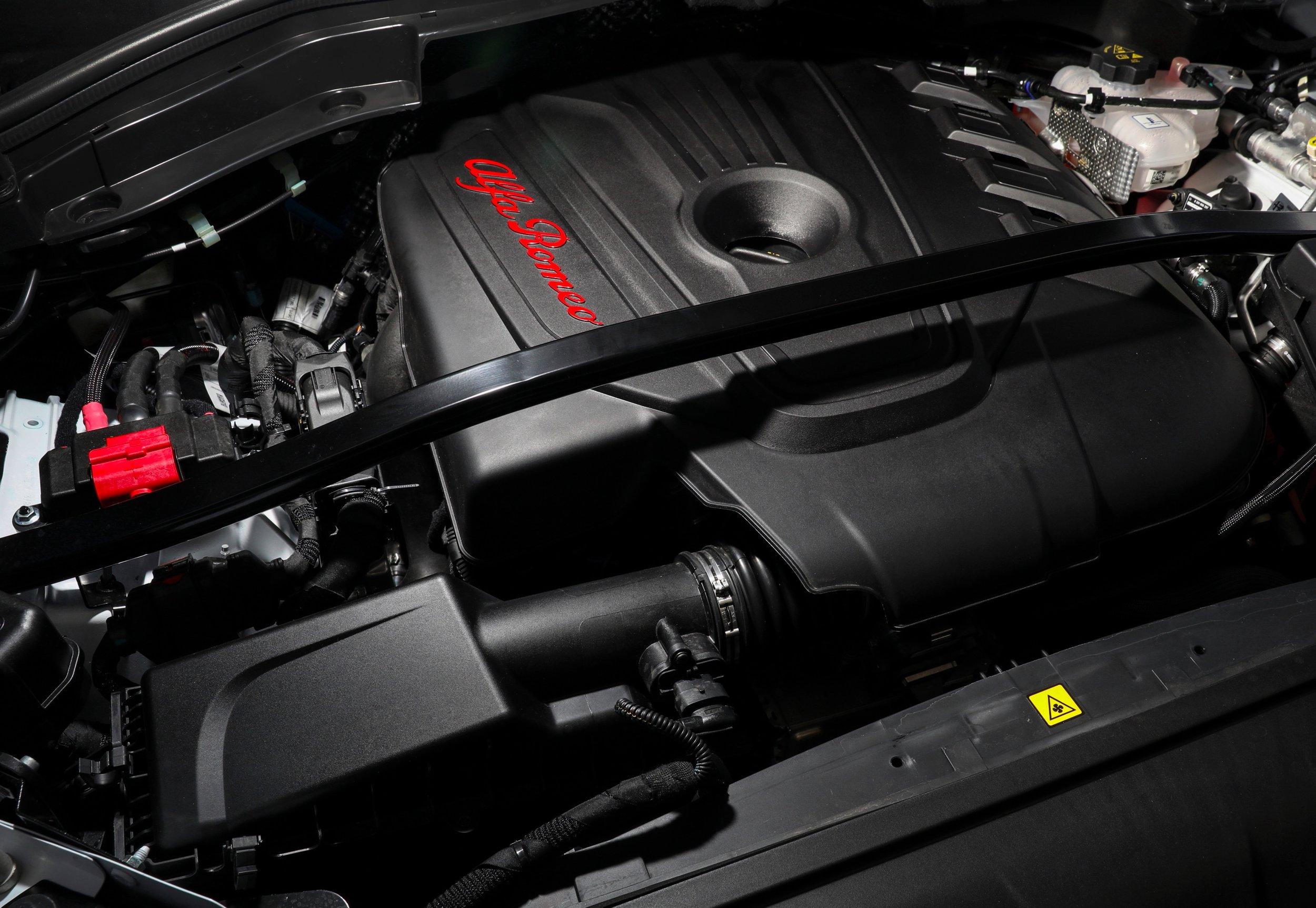 2018 Alfa Romeo Stelvio_Engine_0004.JPG