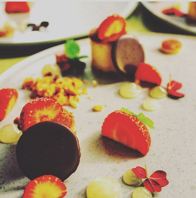 Sommer på en tallerken 🍓🍴 Til dette bryllup var ønsket jordbærtærte til dessert - det blev til en anderledes fortolkning, til at afslutte Sharefood-menuen  #anora #catering #sharefood #socialdining #dessert #sommer #smagenafsommer