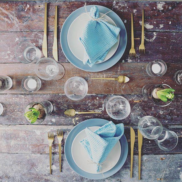 Når I booker jeres middag gennem os, skal I dække bordet med det service I skal spise af. - Vi kommer med alt det maden serveres på og i 🍴  #anora #catering #socialdining #middag #borddækning #tablesetting