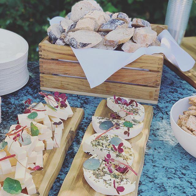 Tilkøb til Petit Verre menuen, de bedste oste fra  @arlaunika - Gammel Knas og Den hvide dame 🍴  #anora #catering #frokost #fødselsdag #havefest #sommer