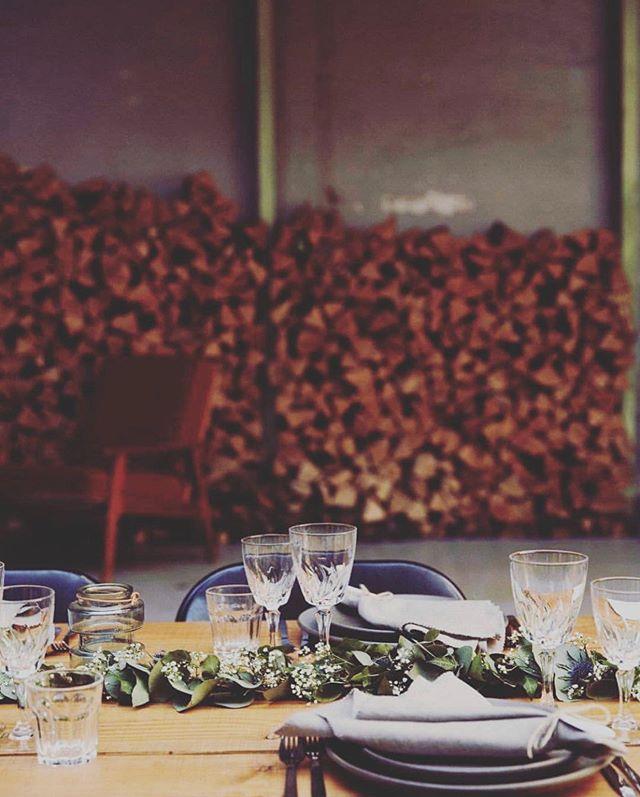 Imorgen er vi tilbage på @pladevaerkstedet, hvor vi holdte vores egen bryllupsfest i maj 2018  Imorgen har vi fornøjelsen af at stå for bryllupsmiddag og natmad, i de rå rammer🍴  Vi glæder os til at gense lokalerne og se hvordan Gitte fra @aday2remember.dk får pyntet op til vielse og fest på Refshaleøen 💫  #anora #catering #socialdining #pladeværkstedet #refshaleøen #bryllup #middag