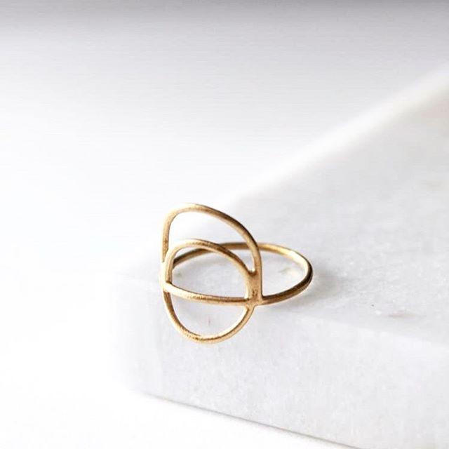La bague EYOTA à retrouver sur l'etsy de @stankamila. ✨ . . . #lyon #lyonnaise #monlyon #createurlyonnais #faitavecpassion #creatricelyonnaise #madeinlyon #madeinfrance #jewelry #bagues #spring #gold #bijoux #accesories #fashionweek #fashion #dore #minimaliste #lyoncandoit #igerslyon #mariage