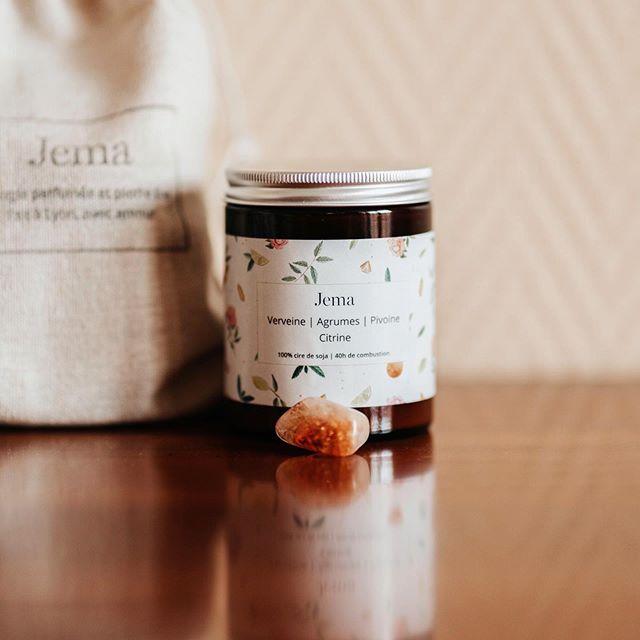 @jemabougies, ce sont des bougies 100 % naturelles, à la cire de soja et aux doux parfum de Grasse. Le petit (ou grand) plus ? Chacune contient une pierre fine, qui correspond au parfum et à l'ambiance de la bougie. Et cette bougie est le best-seller des différents senteurs que propose la marque, à voir sur leur compte Instagram. ✨ . . . #lyon #lyonnaise #monlyon #createurlyonnais #faitavecpassion #decorationinterieur #decoration #creatricelyonnaise #bougies #instadeco #interior #blogolyon #parfum  #lyoncandoit #candle #natural #cirenaturelle #soja #verveine #agrumes #lyoncandoit #bougie #cosy