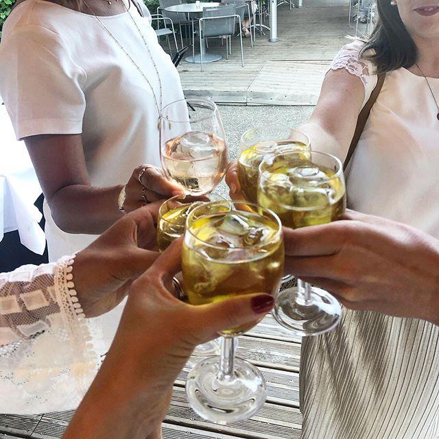 Une très belle soirée organisée par Shaerazade @team_fourmis ! On a bien bien papoté, rigolé, mangé et dansé entre femmes ❤️, le tout dans un super cadre @zuccalyon ! Merci à @esther_aloe pour ce cours de danse caliente 🔥💃 . . . #lyon #lyonnaise #teamfourmiszucca #teamfourmis #entrepreneurlife #entrepreneures #girlboss #womenempowerment #womeninbusiness #monlyon #igerslyon #apero #whiteparty #soireeblanche #citeinternationalelyon #blogolyon #jadorelyon #soireelyon #soireelyonnaise #tchin