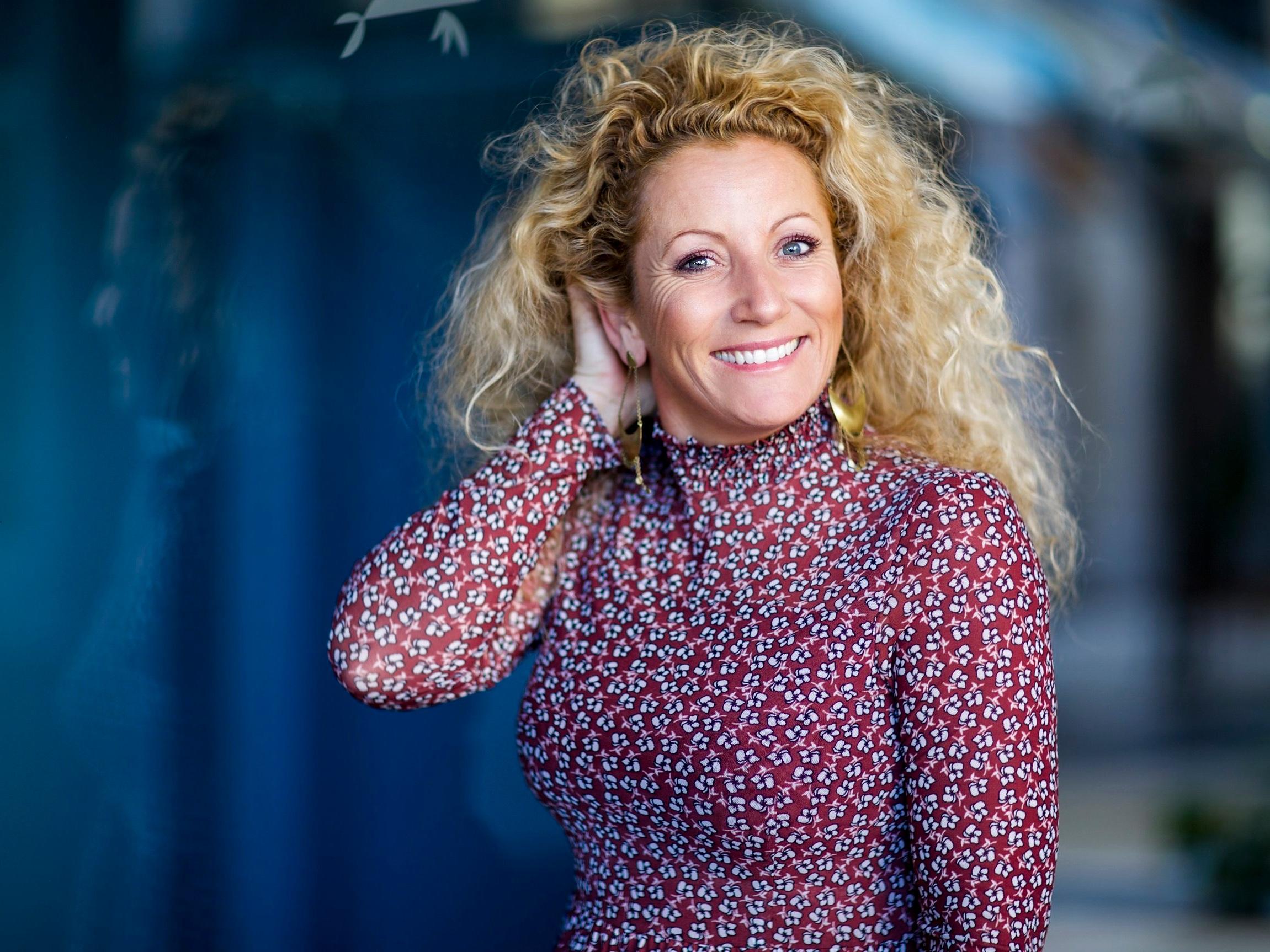 Bianca Simonsen - Bestselgende forfatter, foredragsholder, barnevernspedagog, blogger og coachBianca Simonsen er et fyrverkeri på scenen. På Kamille Weekend vil hun snakke om «Smilepuls», - som er et skikkelig feelgood foredrag som gir deg gode verktøy, lave skuldre og smilepuls også i en innholdsrik hverdag.Foto: Hilde Brevig