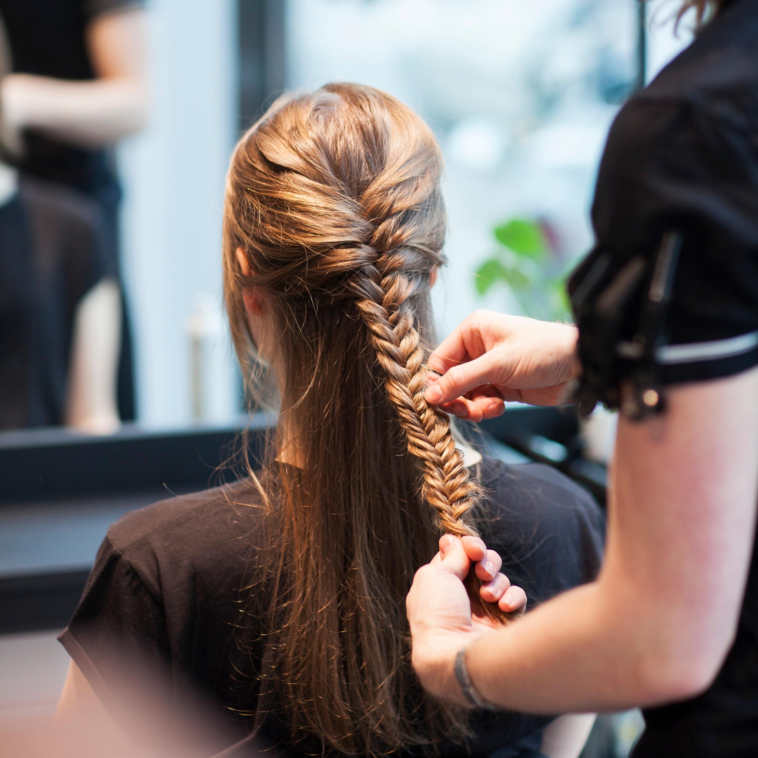 Hårstyling - Lær deg å lage fine hverdags- og festfrisyrer med Nikita Creative Team.Har du spørsmål angående hårpleie, styling eller hårprodukter, kan du sende dette i forkant til norge.live@egmont.com, så vil ekspertene gi deg svar på Kamille Weekend.