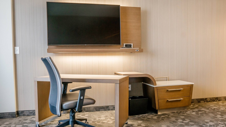 farcf-desk-5584-hor-wide.jpg