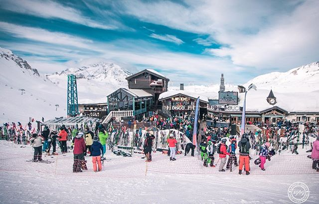 Keep your eyes peeled for a magnum pulley systems transporting giant bottles of bubbly from one side of the bar to the other and always be prepared for champagne showers. Photo: lafoliedouce.com