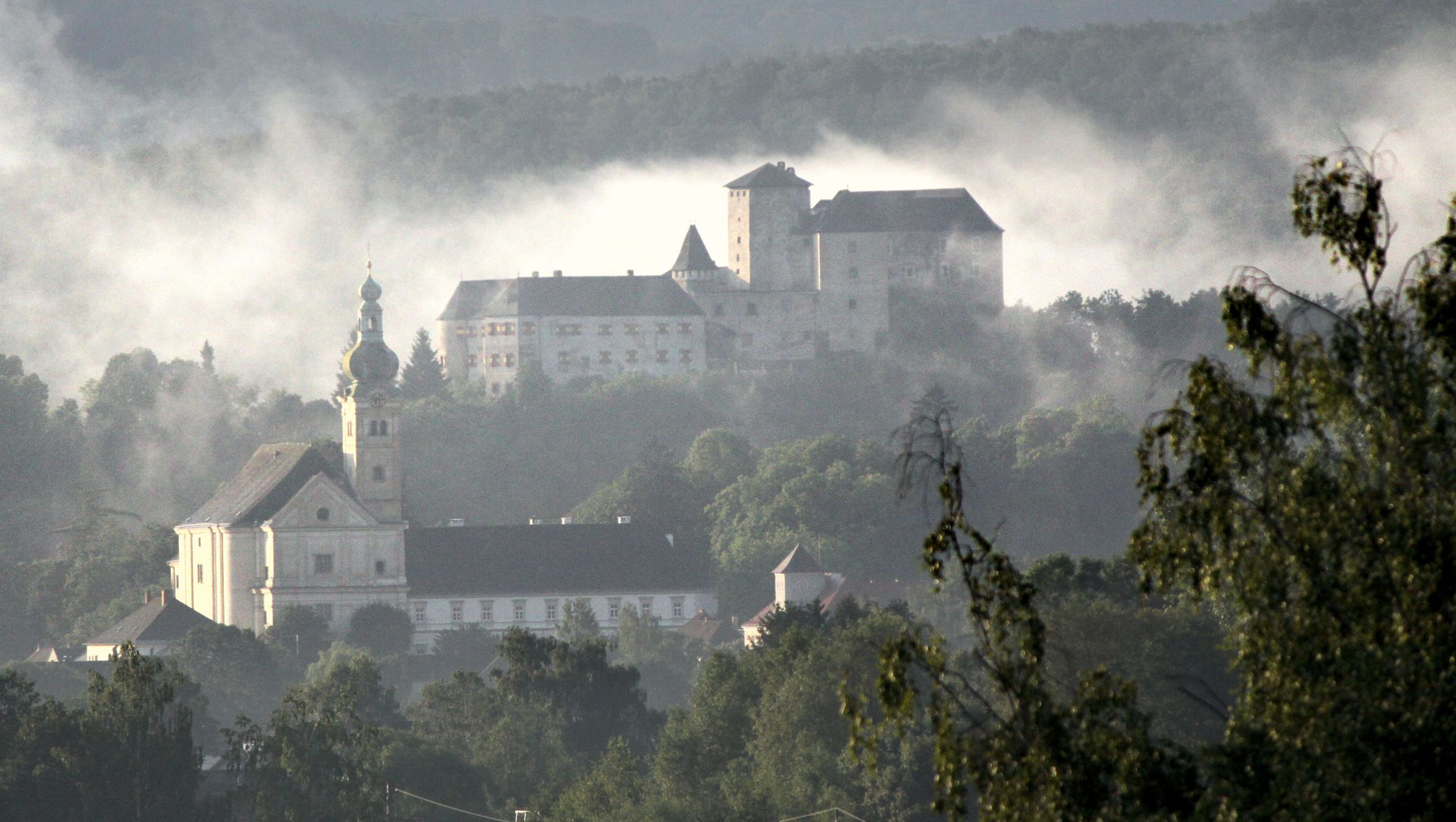 Lockenhaus Burg und Kirche credit Pichlmayer.jpg