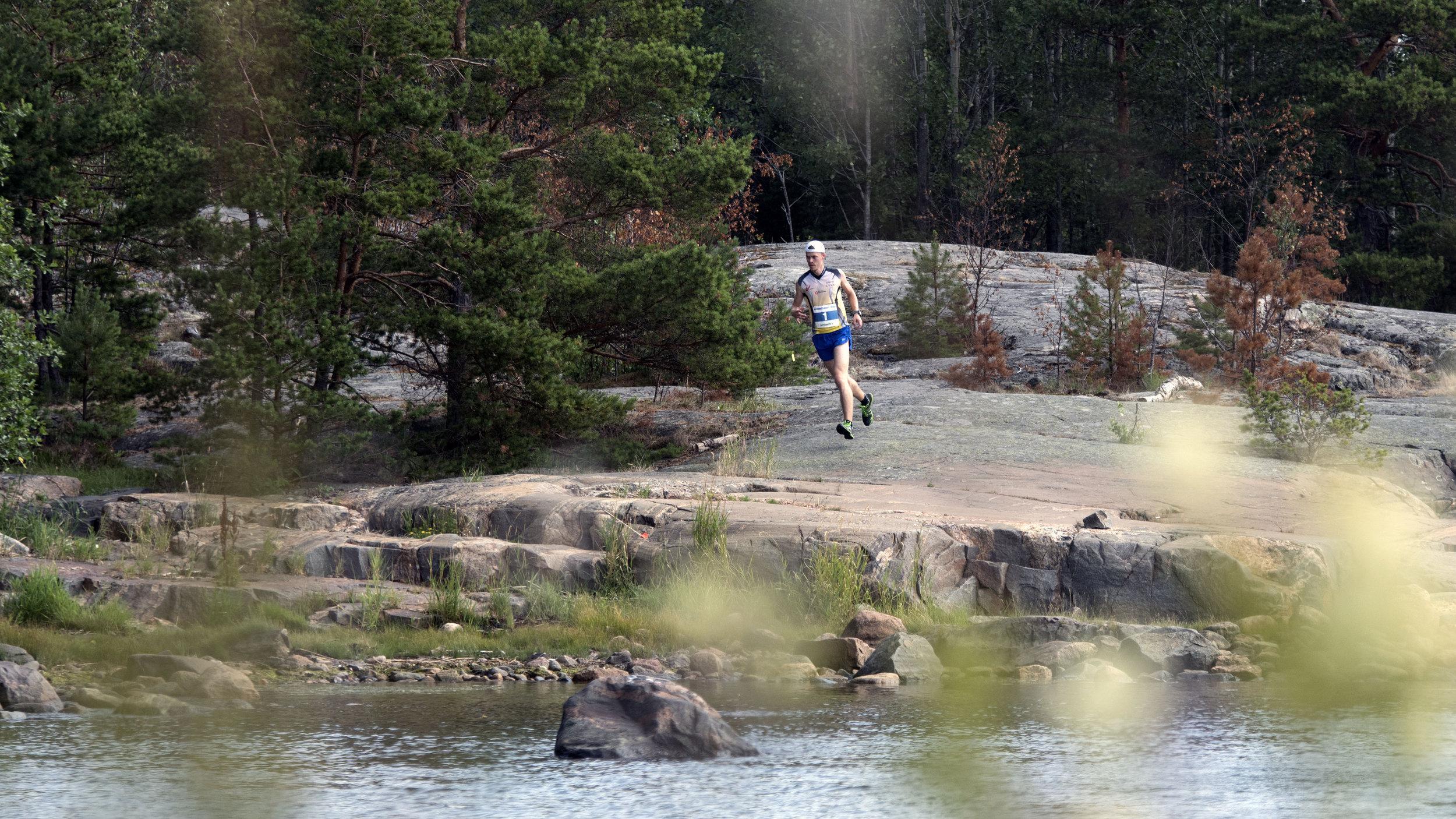 Antti-Pekka Leskinen selvässä johdossa 2,9 km:n kohdalla Östervikissä, josta alkaa reitin rantakallio-osuus. Kuva: Anu Uhotoinen