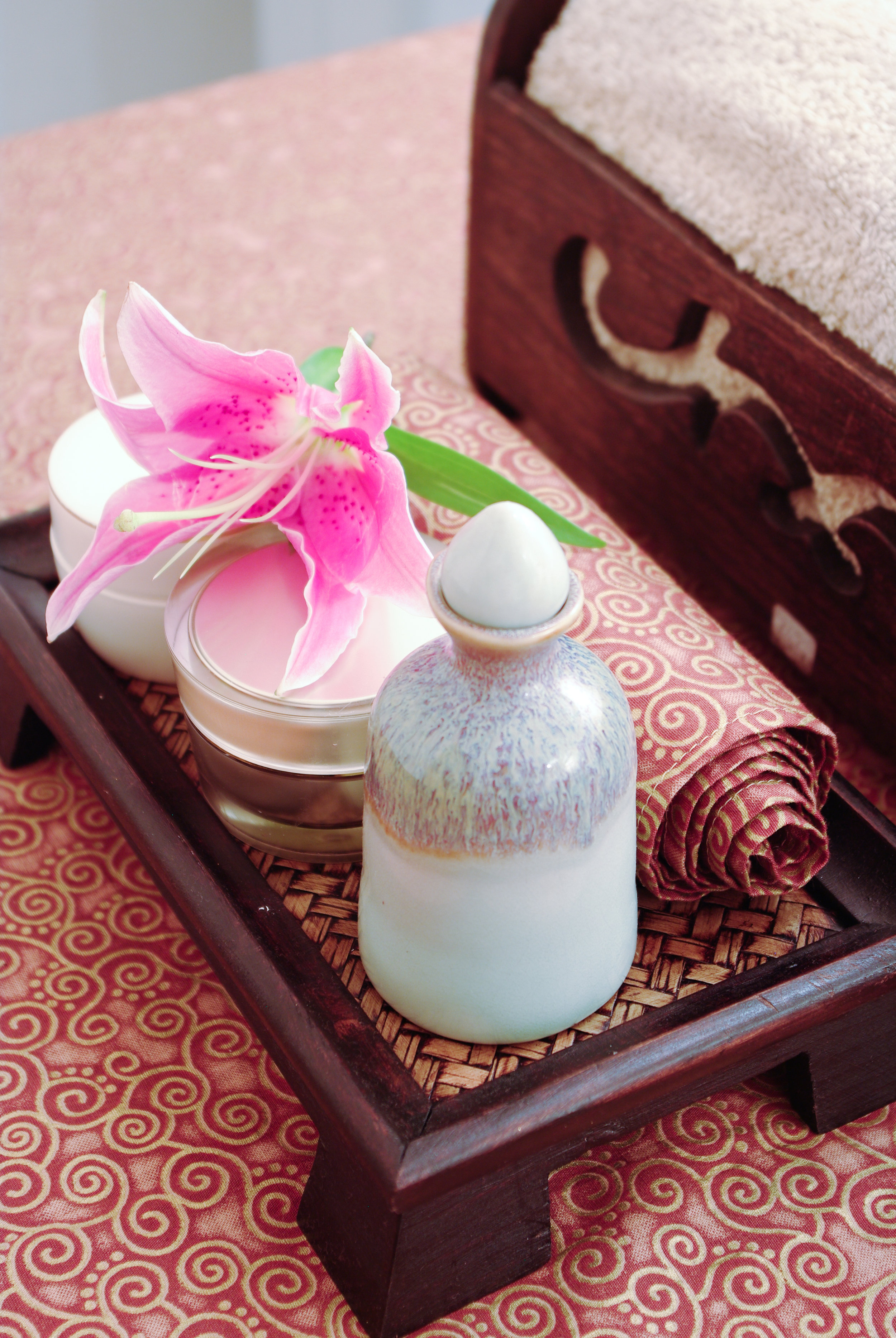 spa-products-of-thailand-set-on-spa-bed_HD3b2Fl_2fx.jpg