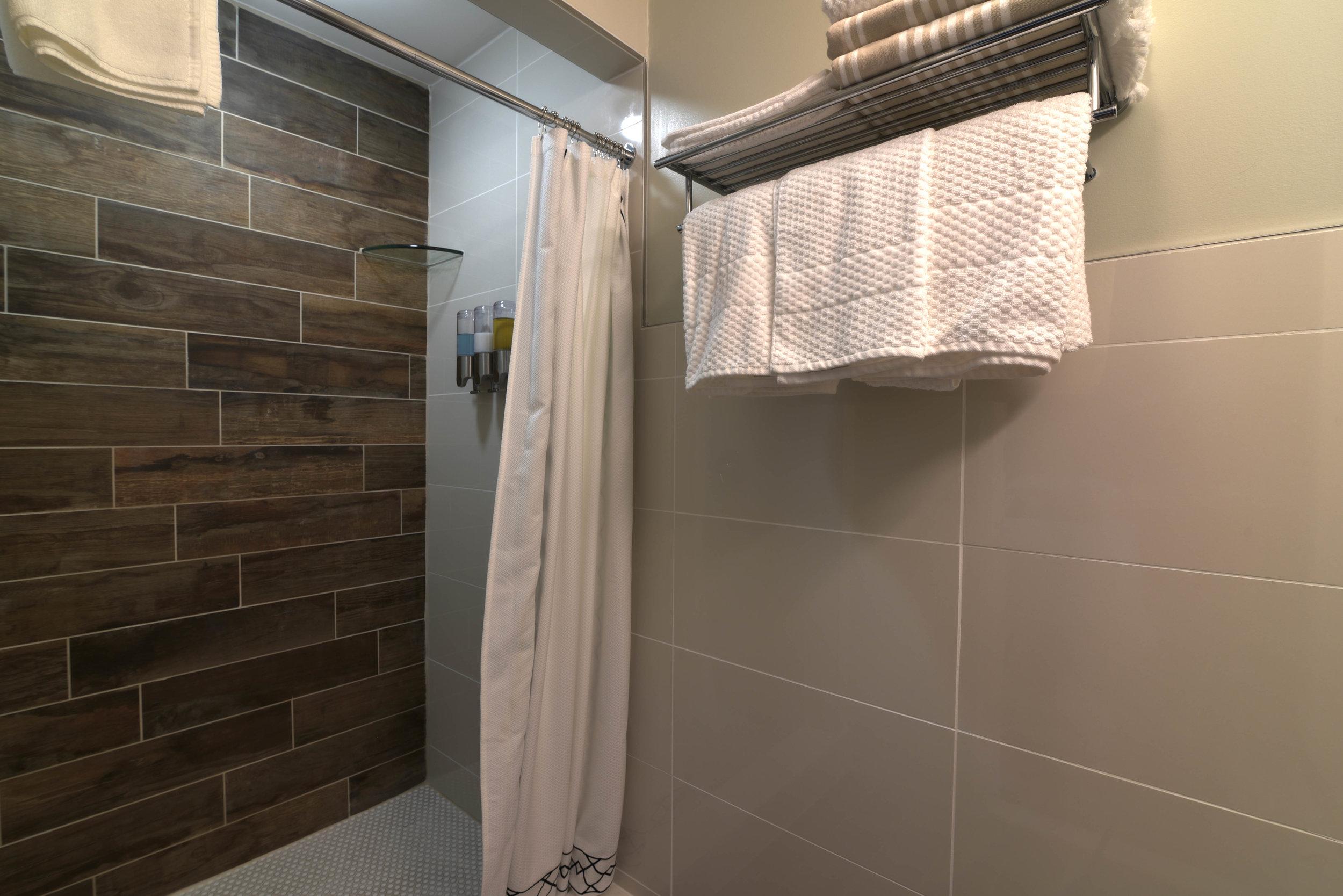 Room3-bath-HDR.jpg