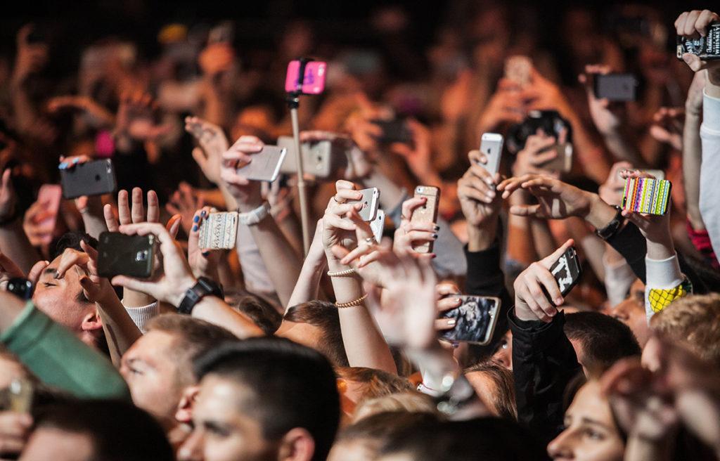 kids-at-concert-with-smartphones.jpg