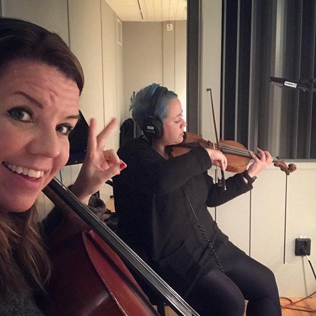 """Hanna spelar fint och Anna tar åt sig äran. (Precis som vanligt alltså.) Vi spelade in musik till pjäsen """"de oroliga"""" som snart har premiär på Dramaten. #dramaten ✨🎻"""
