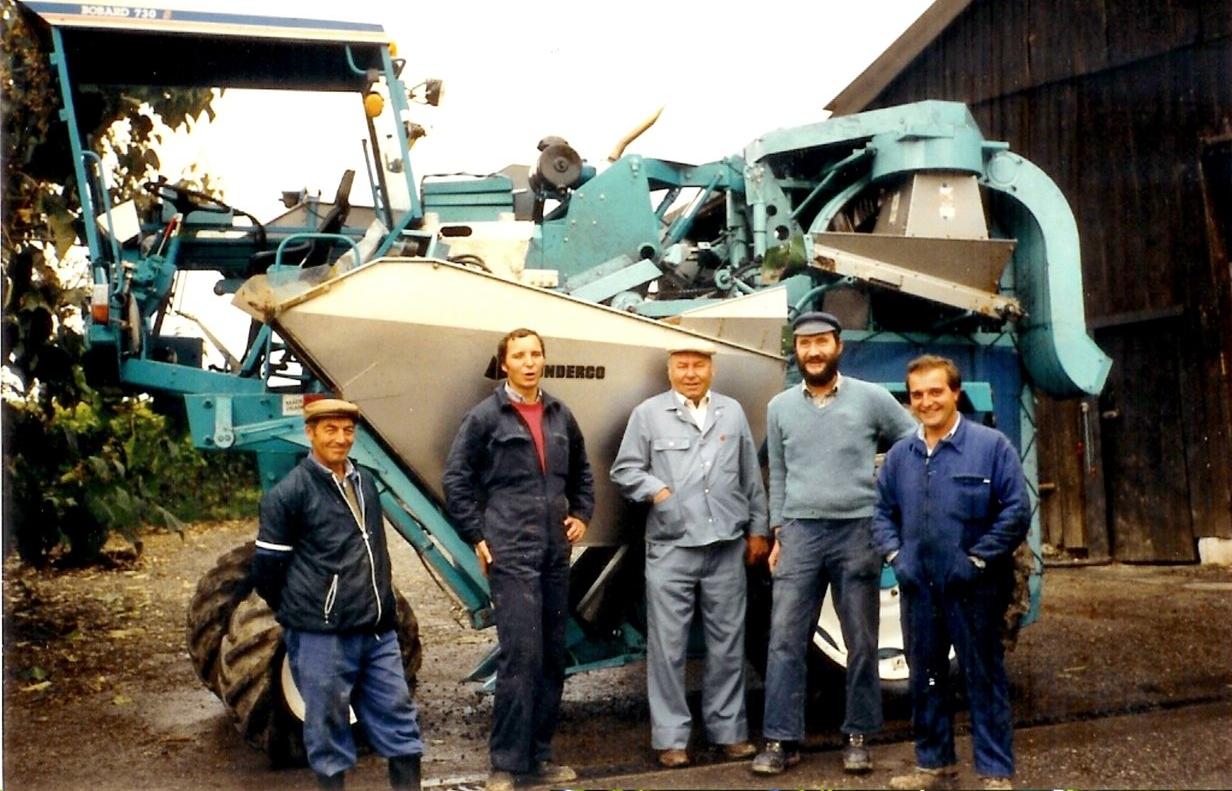 - Bernard Vulliez succèdera à son père dans les années 90. Mécanicien diplômé et passionné, il sera dans les premiers,sur le canton, à acquérir une machine à vendanger en 1985 déjà. Il poursuivra l'amélioration du travail de la vigne avec l'essai et la mise en place de différentes machines, mais également l'introduction dès 1984 de l'enherbement dans son vignoble.
