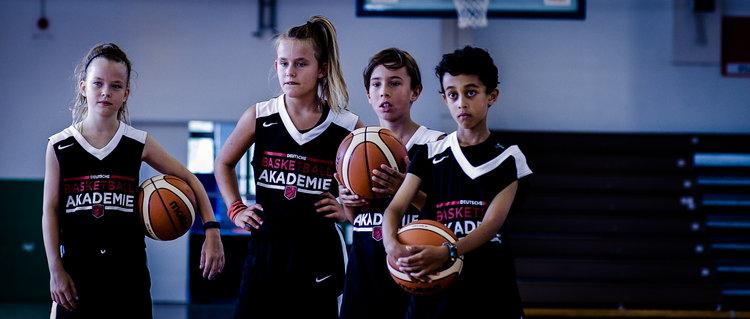 Schule + basketball - Wir arbeiten in Partnerschaft mit den Schulen des DBBC's, um ein komplettes Schule + Basketball Programm anzubieten. Basketball Trainings sind in den Stundenplänen der Schüler und Schülerinnen voll integriert.