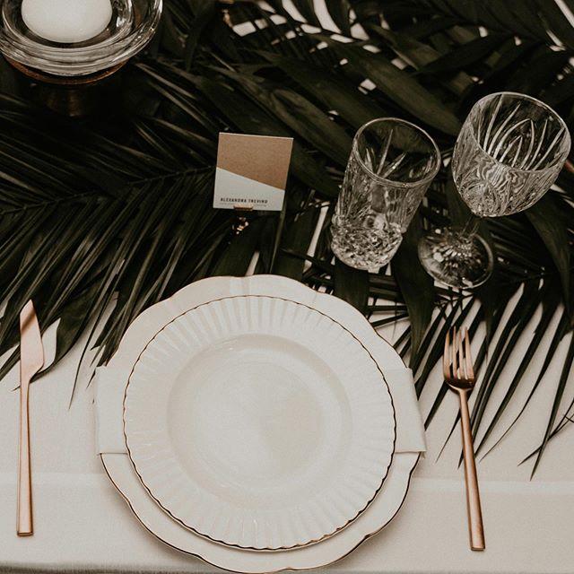 Classic + Modern ⭐️ • • • • 📸 @surveyorcreative  #junebugweddings #loveauthentic #realwedding #justmarried #loveintentionally #weddinginspiration #weddingphotography #huffpostweddings #ido #loveandwildhearts #belovedstories #dirtybootsandmessyhair #photobugcommunity #dallaswedding #bohowedding #eventplanner #weddingplanner #dallasevents #dallaseventplanner #thebigfakewedding #havanaheights #floralinstallation #weddingflowers #weddingflowersinspiration #alexandratrevinoevents #tablescapes