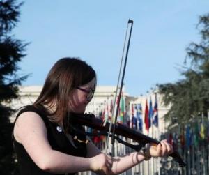 Des artistes trisomiques devant l'immeuble des Nations Unies à Genève, le 21 mars 2019.