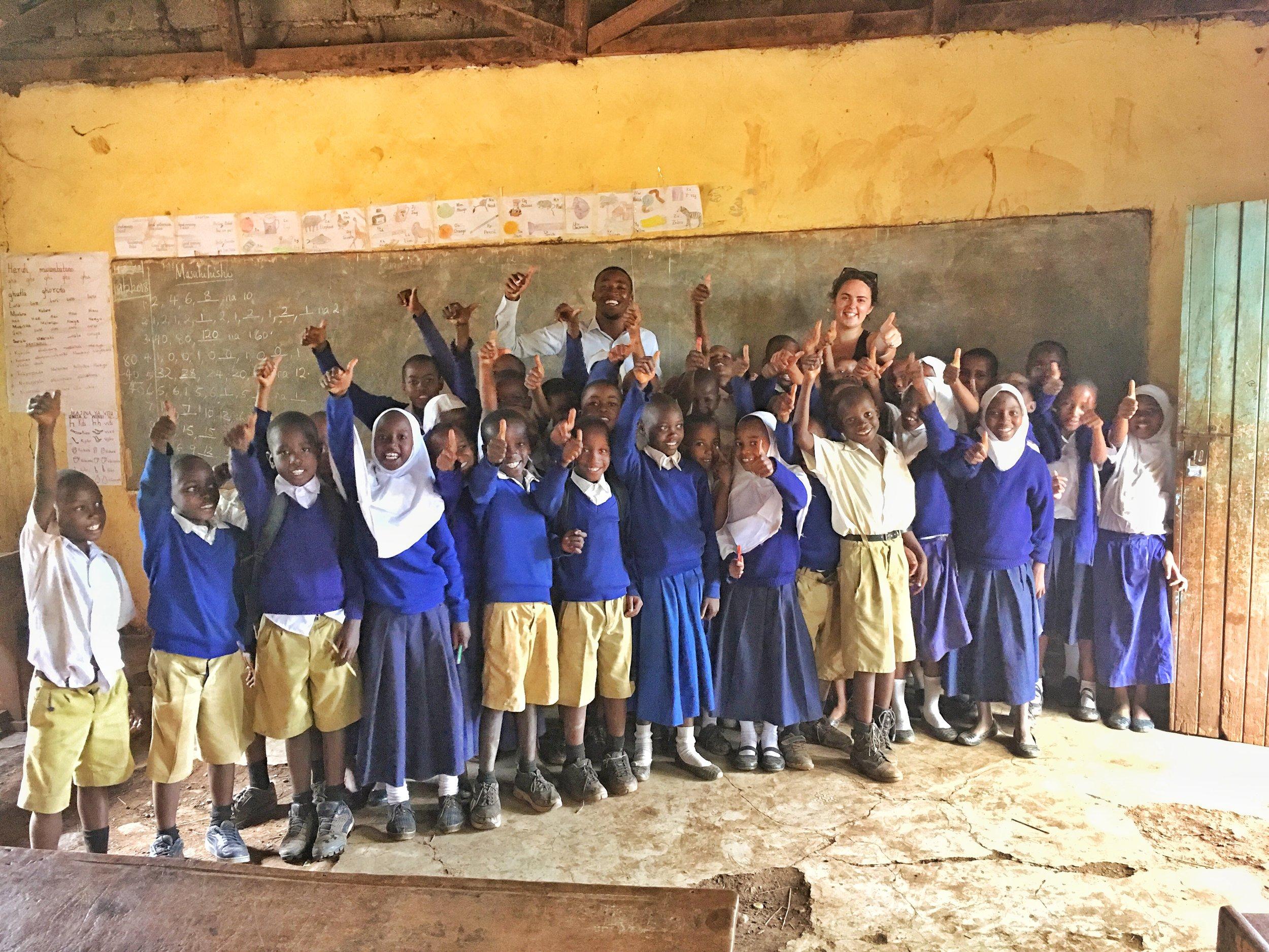 EIK-PROGRAMMET (Education Is Key):  Vi samarbetar med de lokala skolorna i vår stadsdel och erbjuder Engelska- och Binti Yetu- (Våra Döttrar på swahili) klubbar under lektionstimmar. Vår Engelska-klubb drivs av Simbas lärare och önskar förbättra elevernas engelskakunskaper på mellanstadiet. Vi erbjuder även professionell utveckling och stöd till skolornas lärare, detta med målet att uppmuntra till en alternativ undervisningsmetod baserat på den tanzaniska kursplanen. Vår Binti Yetu-klubb ger unga tjejer i mellanstadiet chansen till en fristad där ämnen som kvinnors rättigheter, mens, sexualundervisning och jämställdhet kan pratas om öppet.