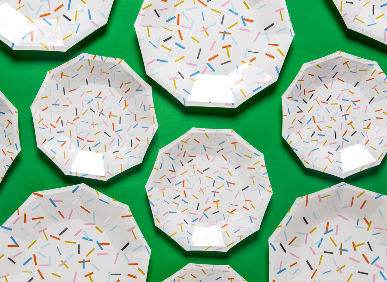 Papptallrikar med mönster av strössel