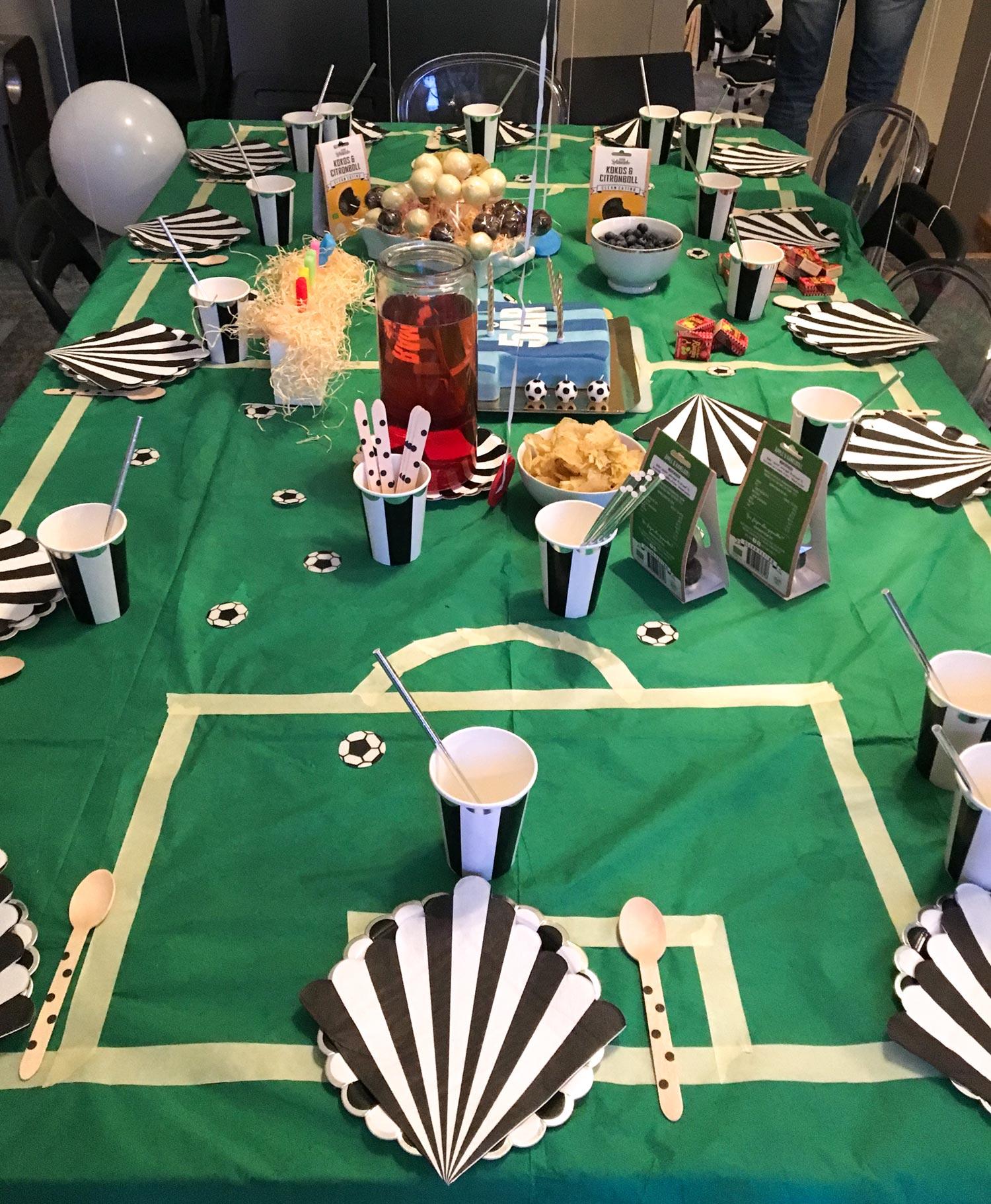 Kalasbordet var dekorerat med en grön duk som vi med vit tejp ritat upp en fotbollsplan på.