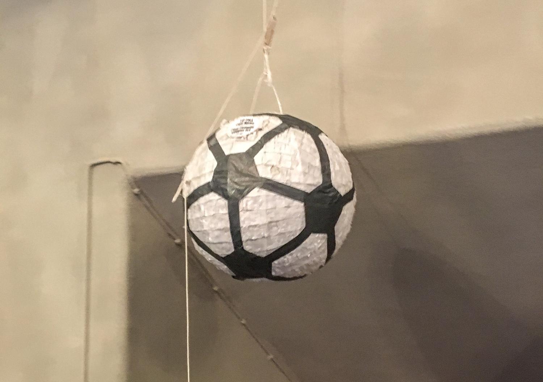 Godisfylld fotbolls-pinjata var ett måste!