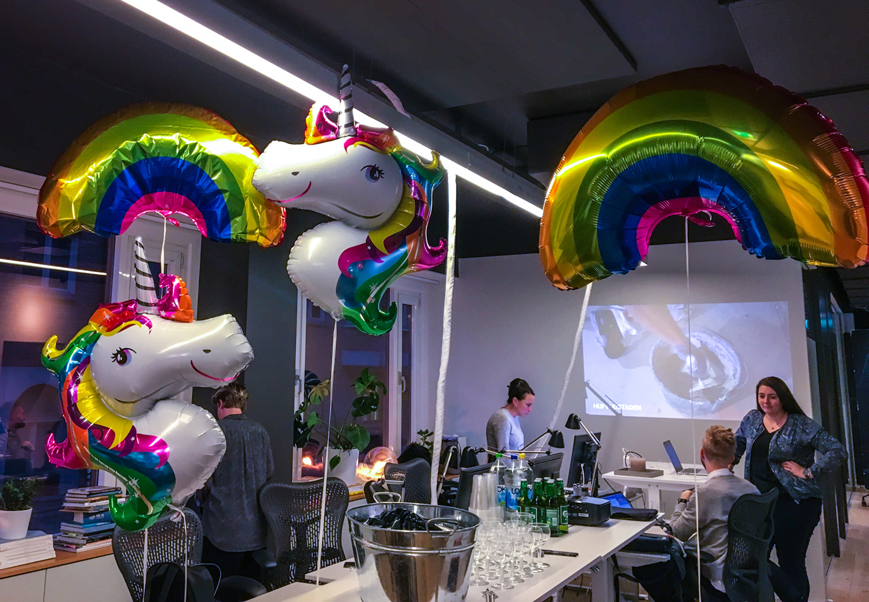 enhörningsballonger och regnbågsballonger