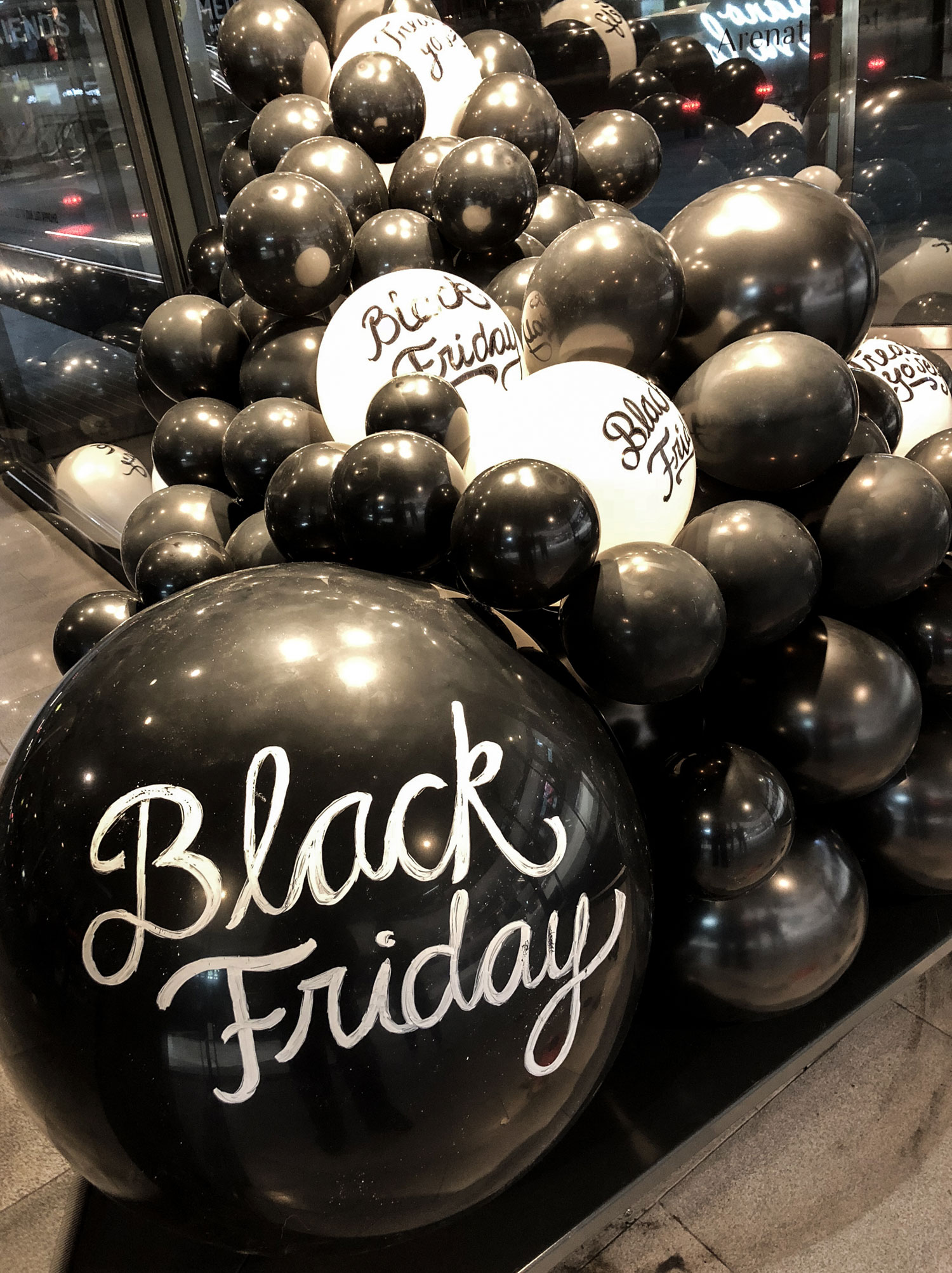 Black Friday ballonginstallation Mall of Scandinavia