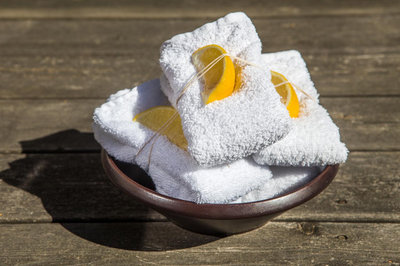 citroner-och-varma-handdukar-till-gästerna-efter-middagen.jpeg