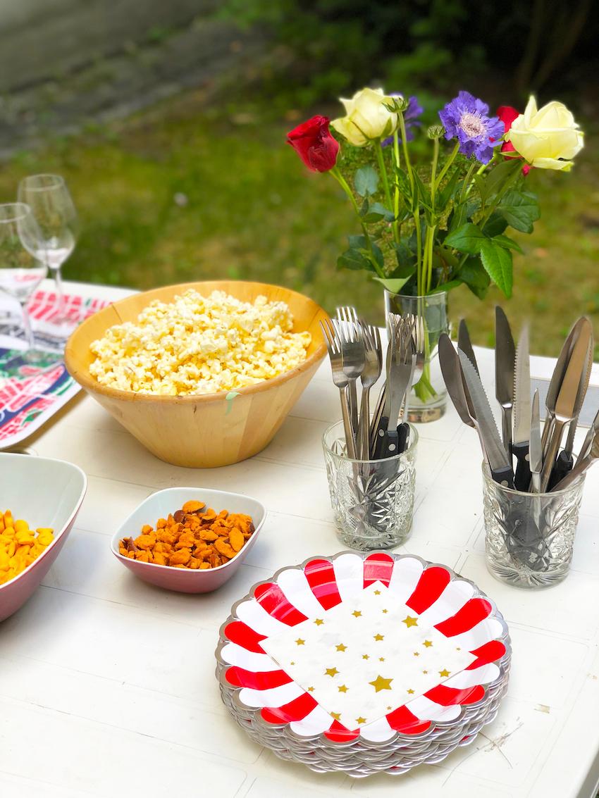 Snacks och våra fina Carnival-tallrikar i rött samt Stars-servetter.